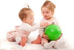2 малых девушки играя с шариком Стоковые Фотографии RF