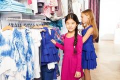 2 малых девушки ходя по магазинам совместно и усмехаясь Стоковые Изображения