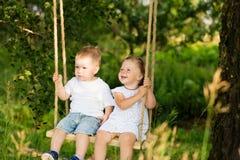 2 малых дет едут на качании outdoors Стоковое фото RF