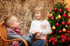 2 малых дет на заднем плане рождественской елки Стоковые Фото