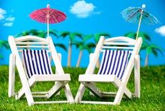 2 малых loungers солнца на траве Стоковое Фото