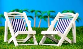2 малых loungers солнца на траве Стоковые Изображения RF