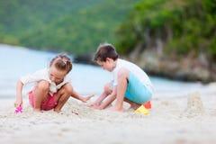 2 малыша играя на пляже Стоковые Фотографии RF
