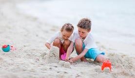 2 малыша играя на пляже Стоковые Фото