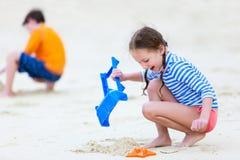 2 малыша играя на пляже Стоковые Изображения