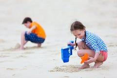 2 малыша играя на пляже Стоковая Фотография