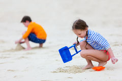 2 малыша играя на пляже Стоковое Фото