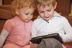 2 малыша с цифровой таблеткой Стоковое Фото