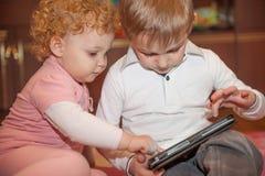 2 малыша с цифровой таблеткой Стоковая Фотография