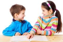 2 малыша читая книгу Стоковое Фото