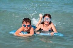 малыши играя воду Стоковое Изображение