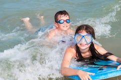 малыши играя воду Стоковые Фото