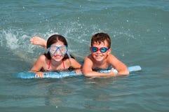 малыши играя воду Стоковые Изображения