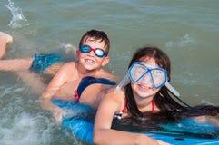 малыши играя воду Стоковая Фотография