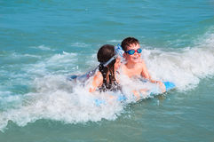 малыши играя воду Стоковое Фото