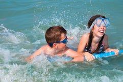 малыши играя воду Стоковая Фотография RF