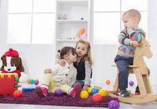 Малыши играя в комнате стоковые фотографии rf