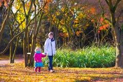 Малыши играя в парке осени Стоковые Изображения