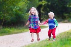 Малыши играя в парке осени Стоковое Изображение RF