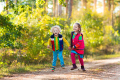 Малыши играя в парке осени Стоковые Изображения RF