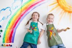 Малыши крася радугу Стоковое Изображение RF
