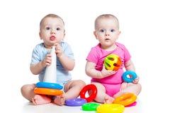 Малыши мальчик и игра девушки toys совместно Стоковые Фотографии RF