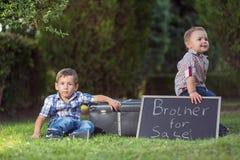 малыши паркуют играть Стоковые Изображения