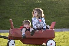 малыши outdoors играя Стоковые Фото