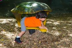 Малыш во время Playtime на парке стоковые изображения rf