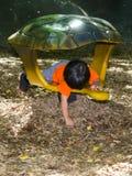 Малыш во время Playtime на парке стоковые изображения