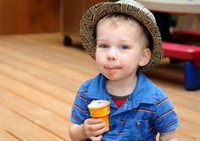 Малыш есть конус мороженого Стоковая Фотография RF