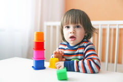 Малыш играя пластичные блоки Стоковое Фото