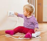Малыш играя с удлинителем и выходом Стоковое Фото