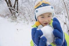 малыш иллюстрации играя снежок Стоковое Изображение