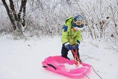 малыш иллюстрации играя снежок Стоковые Изображения