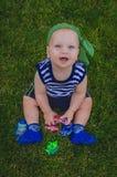 Малыш мальчика играя рыболовов сидя на свежем зеленом Ла Стоковые Изображения RF