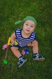 Малыш мальчика играя рыболовов сидя на свежем зеленом Ла Стоковое фото RF