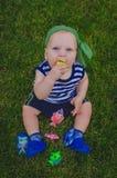 Малыш мальчика играя рыболовов сидя на свежем зеленом Ла Стоковые Изображения