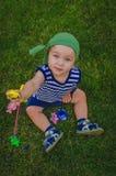 Малыш мальчика играя рыболовов сидя на свежем зеленом Ла Стоковые Фото