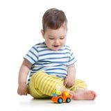 Малыш младенца играя с автомобилем игрушки стоковые изображения rf