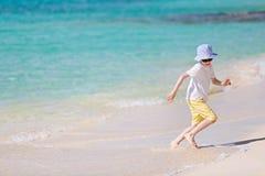 Малыш на пляже стоковое изображение