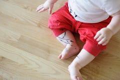 Малыш получил его брюки пакостный стоковое изображение rf