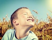 малыш поля счастливый стоковые изображения