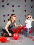 Малыш ребёнка с матерью в студии нося смеяться над смешных стекел усмехаясь имеющ потеху Стоковая Фотография RF