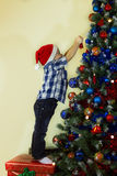 Малыш украшая рождественскую елку Стоковое Изображение RF