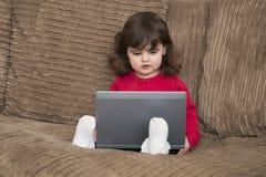 Малыш уча на компьтер-книжке Стоковое Изображение
