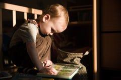 Малыш читает Стоковые Фото