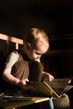 Малыш читает Стоковая Фотография