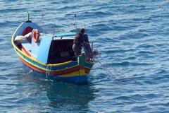 Мальтийсная рыбацкая лодка, сети отливки стоковое фото rf