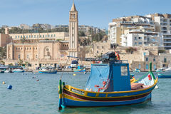 Мальтийсная рыбацкая лодка, luzzu, в гавани Marsaskala, Мальта, Европа Стоковые Изображения RF